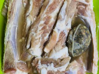 蒜香排骨,将泡好的香料水跟洗干净的排骨一起浸泡10分钟。