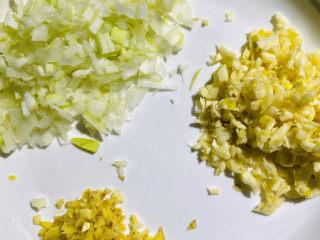 蒜香排骨,姜,葱,蒜切末备用。