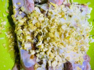 蒜香排骨,放入,姜,葱,蒜,蚝油,料酒,盐,五香粉,白糖,生抽,鸡粉,面粉抓拌均匀。