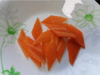 醋溜大白菜,胡萝卜切成菱形片状