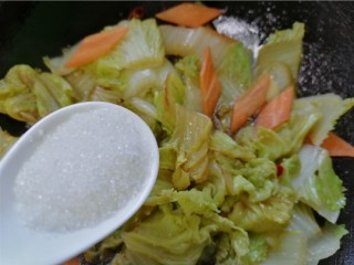 醋溜大白菜,加入一勺白糖