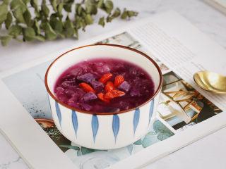 紫薯银耳汤,不管是早餐来一碗或下午茶时间备一份,都相当不错!