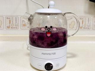 紫薯银耳汤,接着加入事先切好的紫薯块,继续炖煮15分钟。