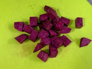 紫薯银耳汤,紫薯去皮切丁。