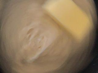 早餐面包,和面时可以观察,如果太稀可以加面粉,如果太硬可以适当加奶,面团和光了加入黄油
