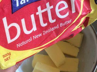 早餐面包,面包机搅拌和面时准备黄油一块