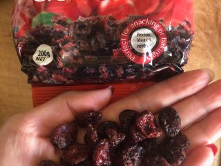 早餐面包,准备蔓越莓或葡萄干