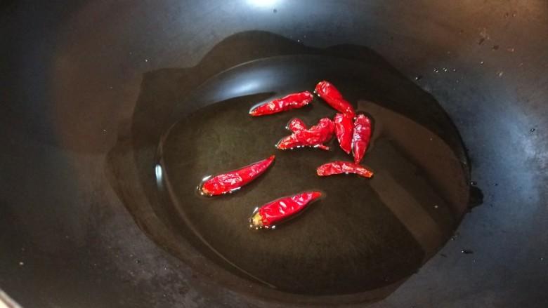 醋溜大白菜,放入干辣椒。