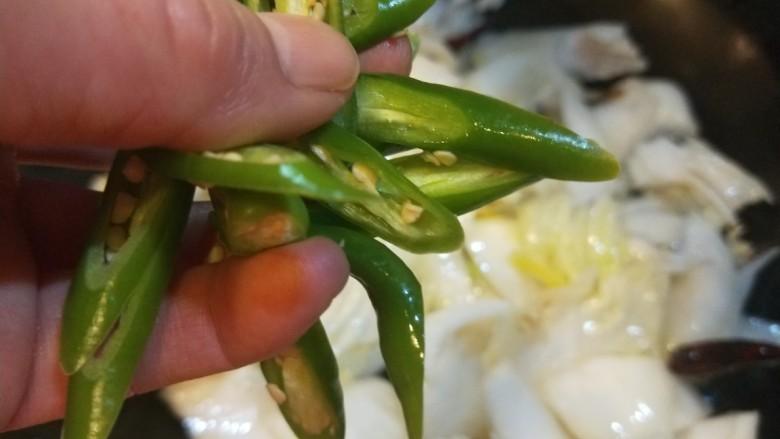醋溜大白菜,加入线椒。