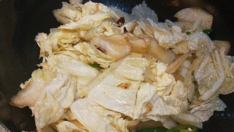 醋溜大白菜,翻炒均匀加入适量盐。