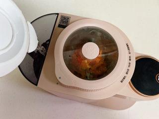 胡萝卜枸杞豆浆,往豆浆机水箱中倒入适量纯净水。