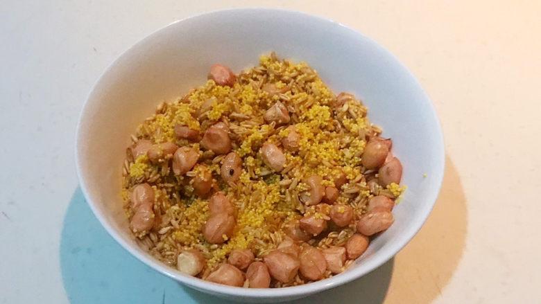 小米红薯粥,把小米,燕麦和花生米都放入碗里,淘洗干净