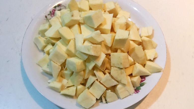 小米红薯粥,把红薯切成小块