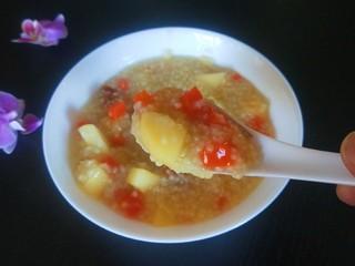 苹果小米粥,加入胡萝卜更好吃。