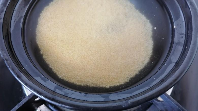 小米红薯粥,开始煮小米