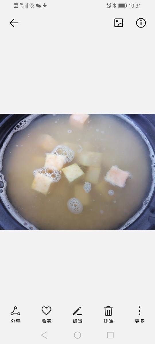小米红薯粥,将红薯放入锅内一同煮