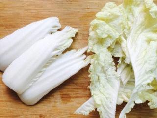 醋溜大白菜,将白菜帮和白菜叶切开
