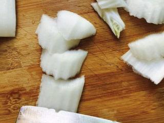 醋溜大白菜,白菜帮斜刀切(如图所示)