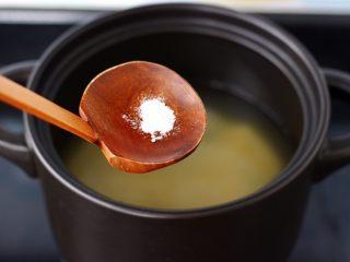 苹果小米粥,放入食用碱。