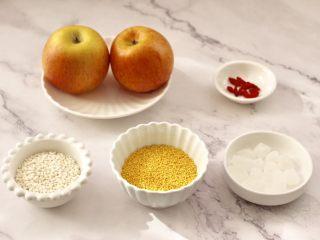 苹果小米粥,首先把煮粥的食材备齐。