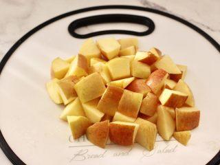 苹果小米粥,苹果洗净后切成小块备用。