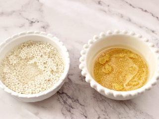 苹果小米粥,把小米和糯米,用清水冲洗干净后浸泡10分钟。