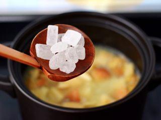 苹果小米粥,再加入冰糖调味。