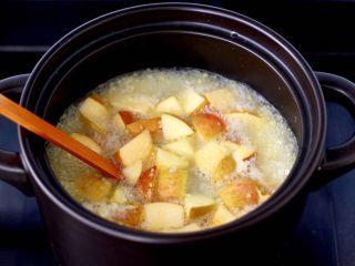 苹果小米粥,加入切块的苹果。