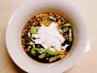 醋溜大白菜,将葱 蒜 淀粉放入碗中 搅拌均匀 碗汁做好备用