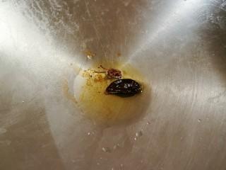 醋溜大白菜,锅中再次放入一汤匙食用油 放入八角和干辣椒