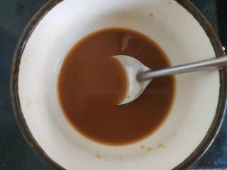 醋溜大白菜,加入两勺淀粉,加入适量清水调匀