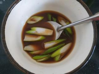 醋溜大白菜,把绿色的葱片放入调料汁中