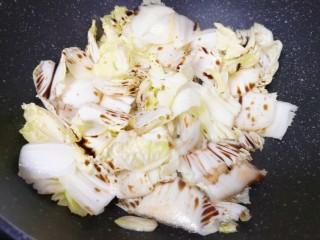 醋溜大白菜,淋入香醋翻炒均匀。
