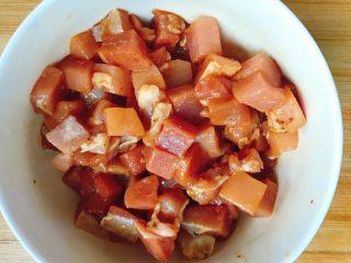 青瓜炒肉丁,拌匀腌制10分钟