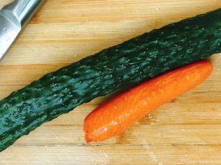 青瓜炒肉丁,准备好青瓜和胡萝卜