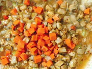 青瓜炒肉丁,放入胡萝卜
