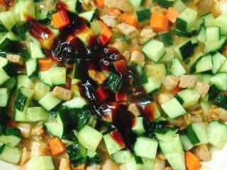 青瓜炒肉丁,放盐、白糖、蚝油炒熟拌匀
