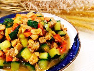 青瓜炒肉丁,装盘即可食用。