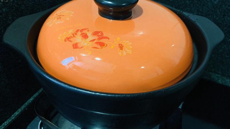 苹果小米粥,盖住锅盖煮沸;
