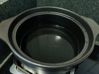 苹果小米粥,砂锅加入清水;