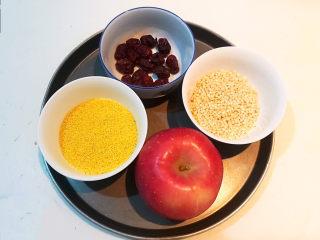 苹果小米粥,准备食材:苹果,小米,高粱米,无核金丝小枣
