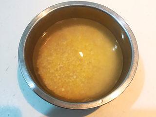 苹果小米粥,把米用冷水淘洗干净