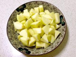苹果小米粥,苹果削皮后切成小块