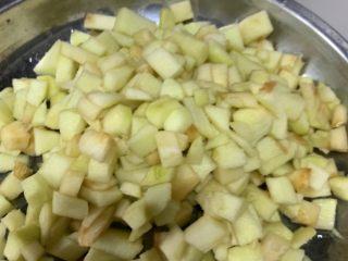 苹果小米粥,切小块