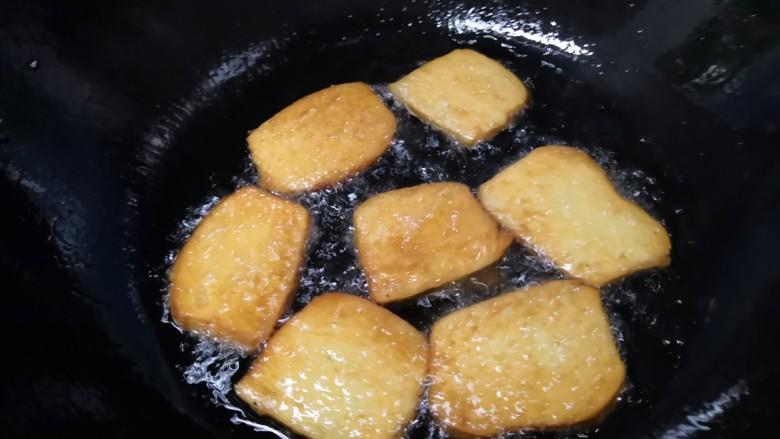 油炸馒头,最后用中大火逼出油,快速用筷子夹出(用的捞面筷)