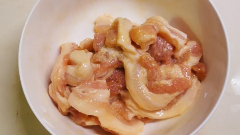 冬笋炒五花肉,反复抓拌入味  静置腌制20分钟