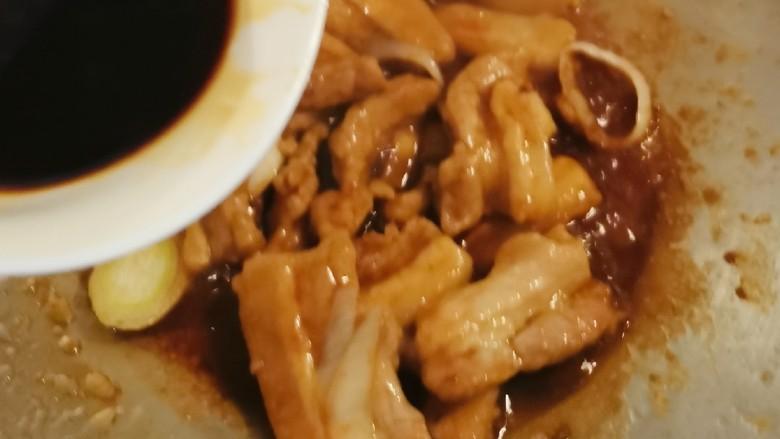 冬笋炒五花肉,倒入碗汁