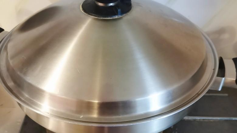 冬笋炒五花肉,翻拌均匀后 盖上盖子 焖煮2分钟