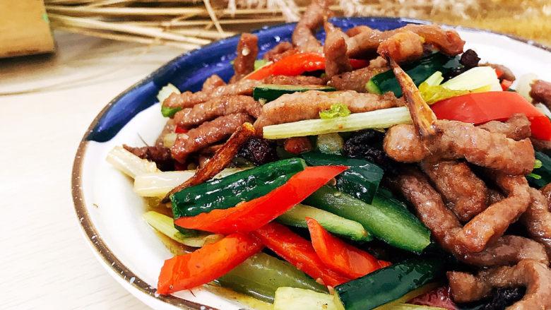 青瓜炒牛柳,装盘食用。