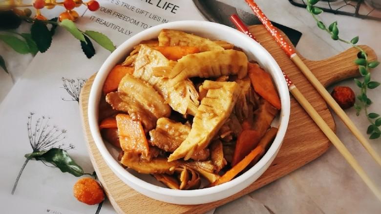 冬笋炒五花肉,出锅装盘